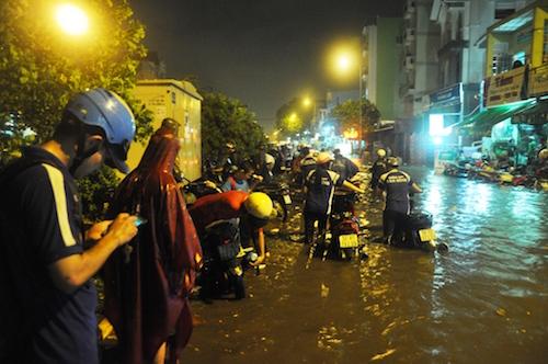 Dân Sài Gòn bất lực nhìn biển nước bao vây - 7
