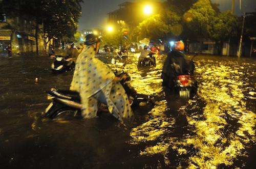 Dân Sài Gòn bất lực nhìn biển nước bao vây - 5