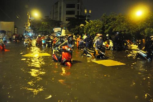 Dân Sài Gòn bất lực nhìn biển nước bao vây - 8