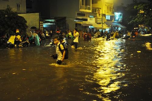 Dân Sài Gòn bất lực nhìn biển nước bao vây - 4