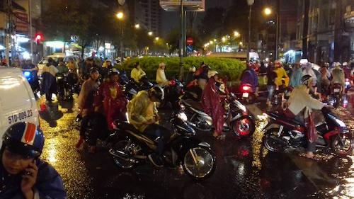 Dân Sài Gòn bất lực nhìn biển nước bao vây - 9