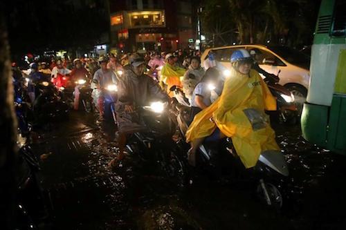 Dân Sài Gòn bất lực nhìn biển nước bao vây - 10