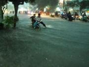 Tin tức trong ngày - Mưa như trút nước, đường phố Sài Gòn thành sông