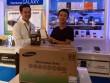 Khách hàng vui mừng khi nhận quà tặng lò vi sóng trong ngày mở bán J7 Prime
