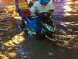 """Clip: Người Sài Gòn """"bơi"""" về nhà sau trận ngập lịch sử"""