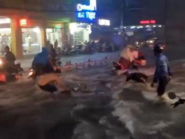 Clip: Nước chảy như thác, cuốn phăng người và xe ở Sài Gòn - 1