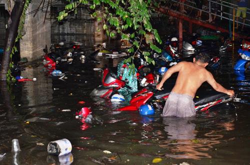 Hơn 1.000 xe máy chìm nghỉm dưới tầng hầm ở Sài Gòn - 1
