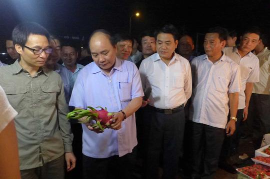"""Thủ tướng bất ngờ """"vi hành"""" chợ Long Biên, ruộng rau HN - 1"""