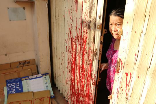 Bị giang hồ liên tục khủng bố bằng mắm tôm, sơn đỏ - 3