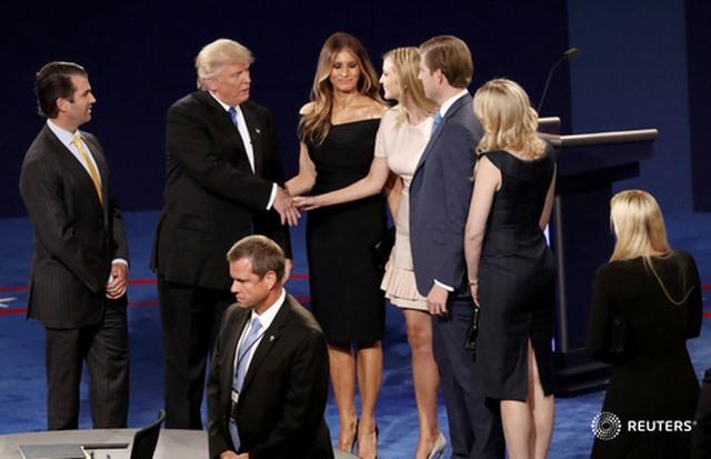 Tranh luận trực tiếp: Bà Clinton phản đòn, lấn lướt Trump - 1