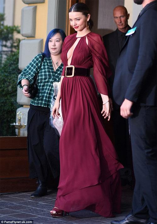 Miranda Kerr khoe ngực đầy siêu quyến rũ ở Milan - 1