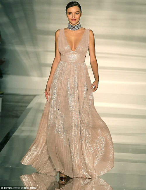 Miranda Kerr khoe ngực đầy siêu quyến rũ ở Milan - 2
