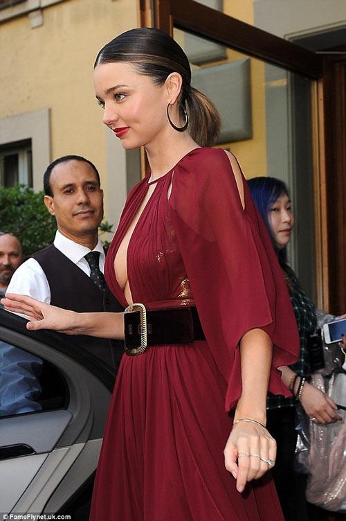 Miranda Kerr khoe ngực đầy siêu quyến rũ ở Milan - 5