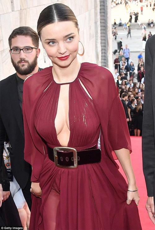 Miranda Kerr khoe ngực đầy siêu quyến rũ ở Milan - 3