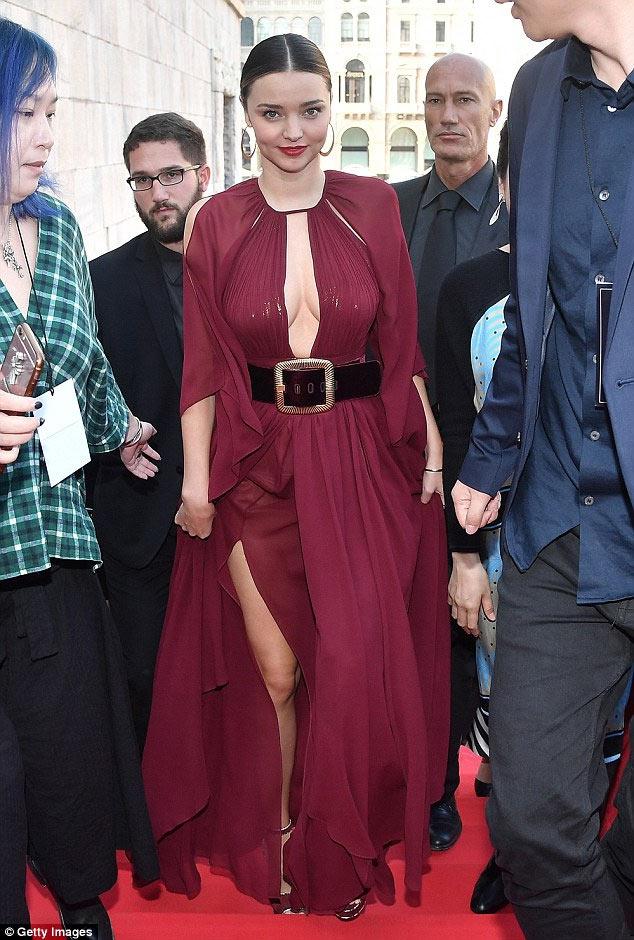 Miranda Kerr khoe ngực đầy siêu quyến rũ ở Milan - 7
