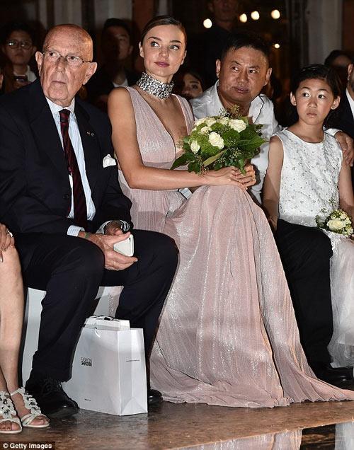 Miranda Kerr khoe ngực đầy siêu quyến rũ ở Milan - 9