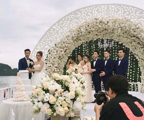 Hương Giang Idol bất ngờ bị lộ ảnh hôn lễ trên du thuyền - 1