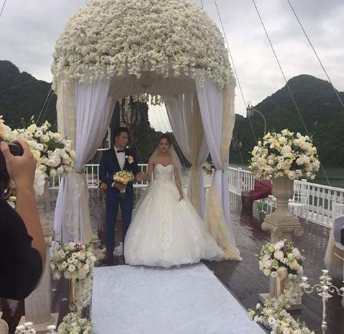 Hương Giang Idol bất ngờ bị lộ ảnh hôn lễ trên du thuyền - 2