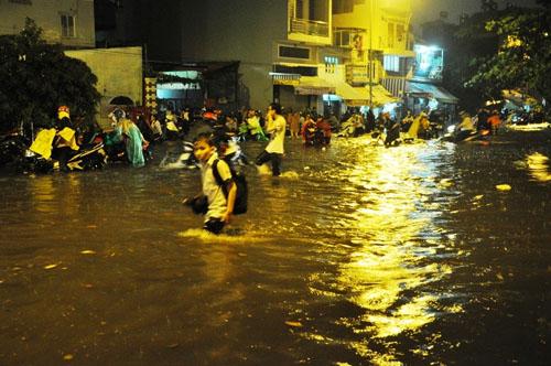Mưa kỷ lục ở TP.HCM: Sân bay Tân Sơn Nhất ngập sâu 30cm - 2