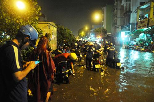 Mưa kỷ lục ở TP.HCM: Sân bay Tân Sơn Nhất ngập sâu 30cm - 3