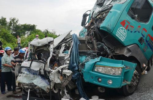 Ô tô 7 chỗ bị vo tròn, ép chặt giữa 2 container sau tai nạn - 1