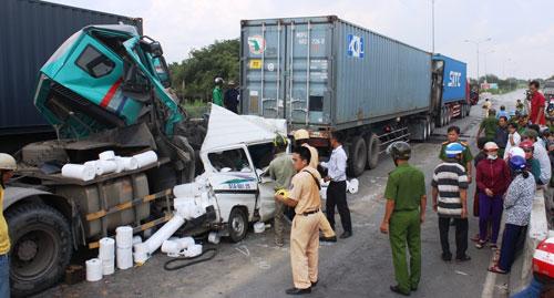 Ô tô 7 chỗ bị vo tròn, ép chặt giữa 2 container sau tai nạn - 2