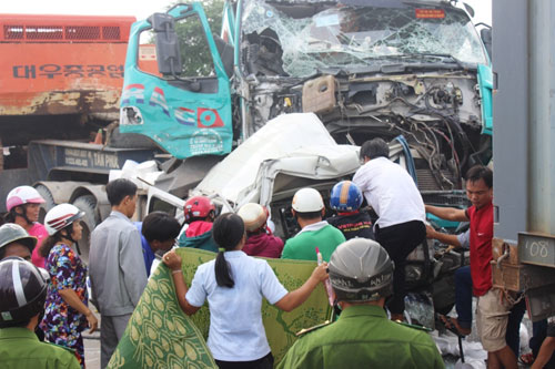 Ô tô 7 chỗ bị vo tròn, ép chặt giữa 2 container sau tai nạn - 4
