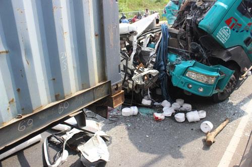 Ô tô 7 chỗ bị vo tròn, ép chặt giữa 2 container sau tai nạn - 3