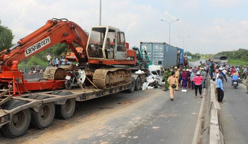 Ô tô 7 chỗ bị vo tròn, ép chặt giữa 2 container sau tai nạn - 5