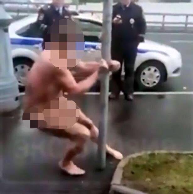 Bị cảnh sát còng tay, vẫn khỏa thân múa cột tự tin - 1