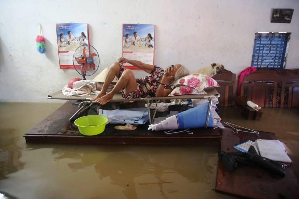 """20 giờ sau trận mưa lịch sử, người SG vẫn """"bơi"""" trong nước - 1"""