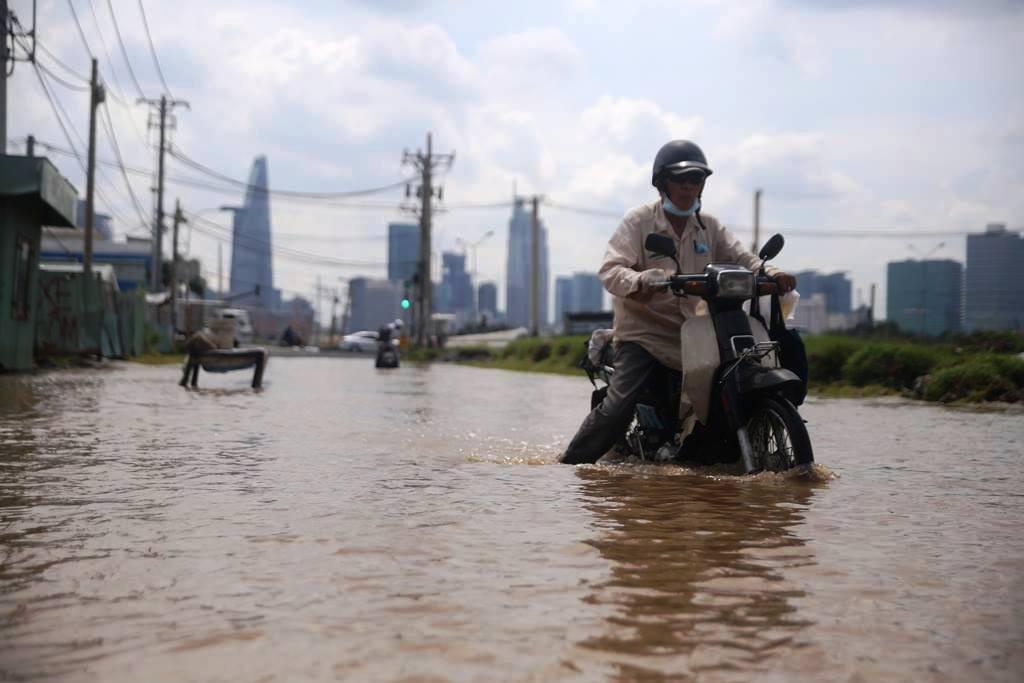 """20 giờ sau trận mưa lịch sử, người SG vẫn """"bơi"""" trong nước - 2"""