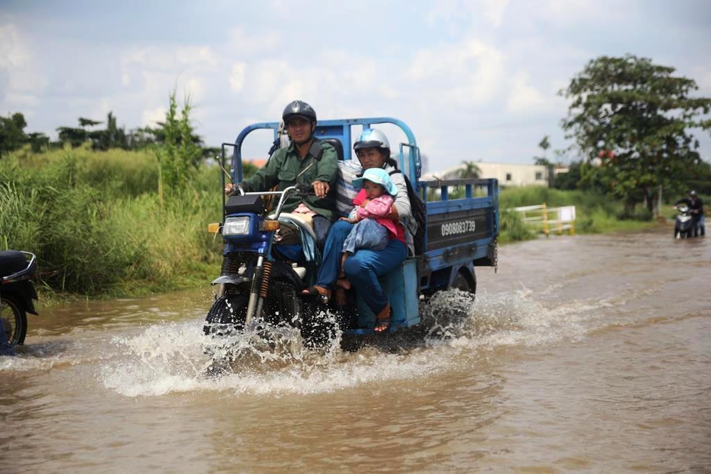"""20 giờ sau trận mưa lịch sử, người SG vẫn """"bơi"""" trong nước - 5"""