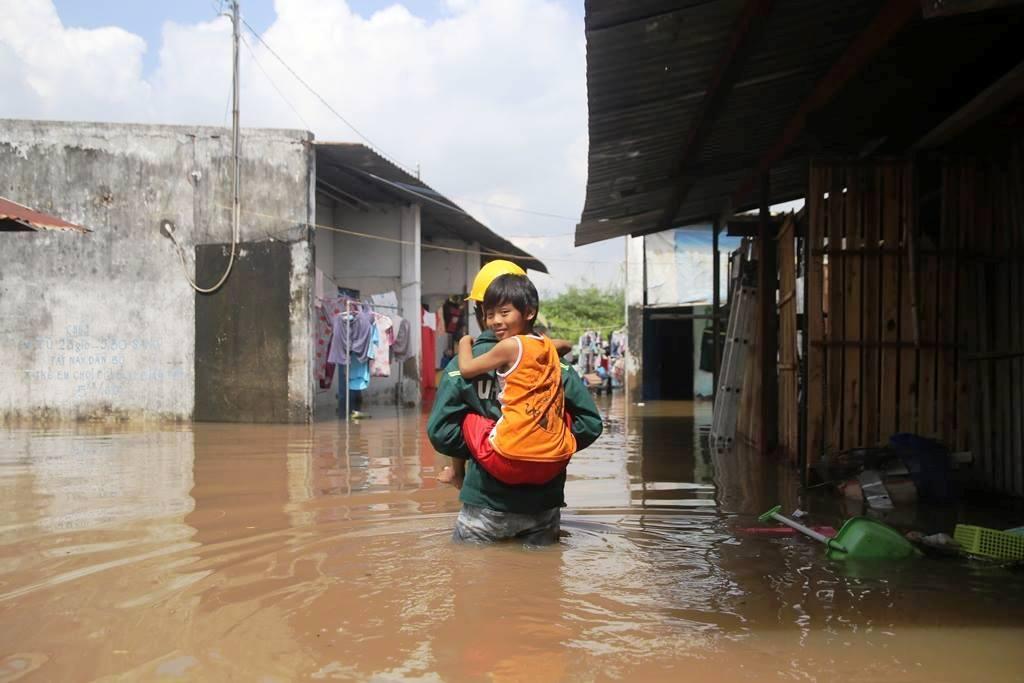 """20 giờ sau trận mưa lịch sử, người SG vẫn """"bơi"""" trong nước - 7"""