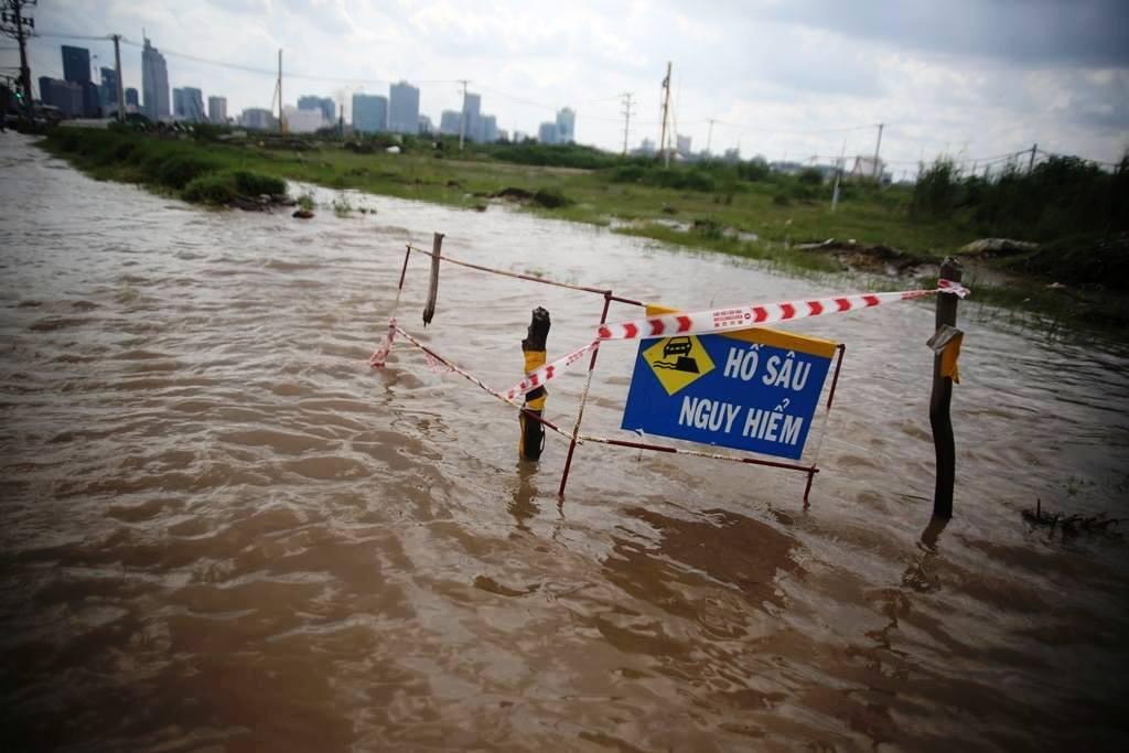 """20 giờ sau trận mưa lịch sử, người SG vẫn """"bơi"""" trong nước - 6"""