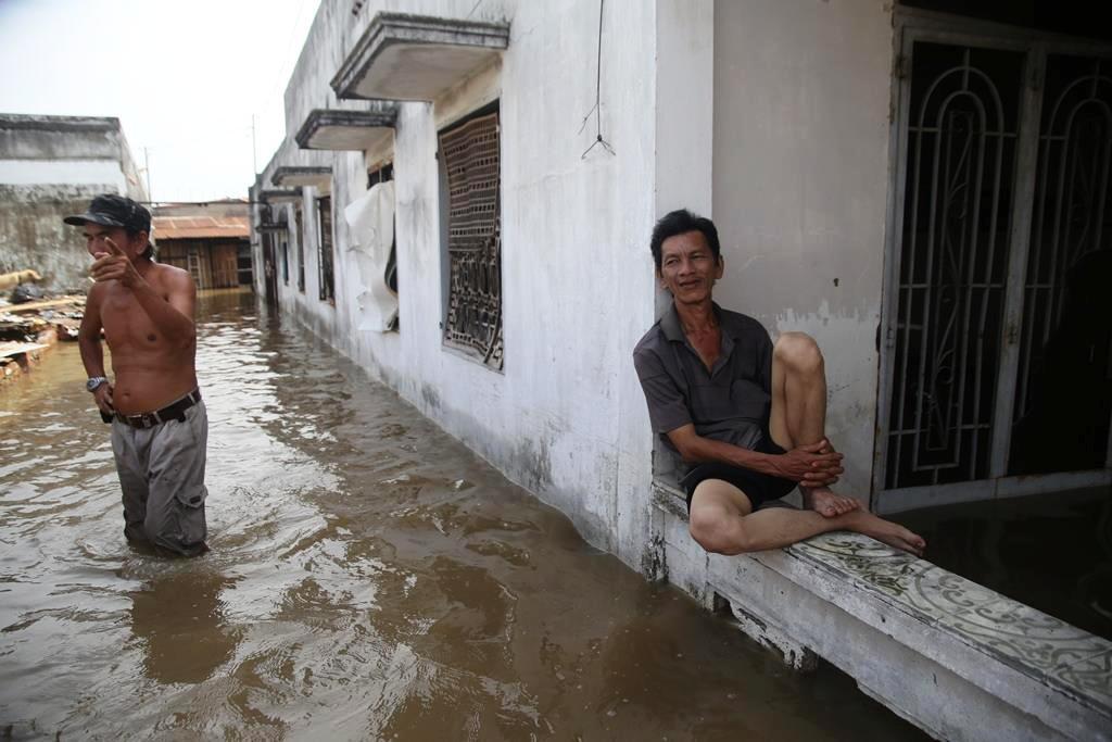 """20 giờ sau trận mưa lịch sử, người SG vẫn """"bơi"""" trong nước - 8"""
