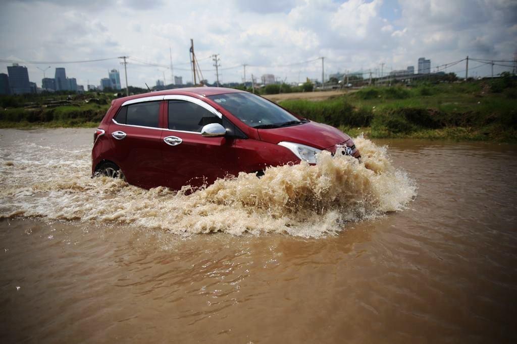 """20 giờ sau trận mưa lịch sử, người SG vẫn """"bơi"""" trong nước - 4"""