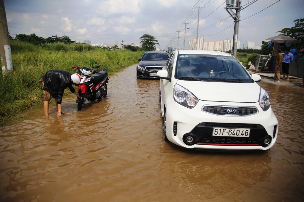 """20 giờ sau trận mưa lịch sử, người SG vẫn """"bơi"""" trong nước - 3"""