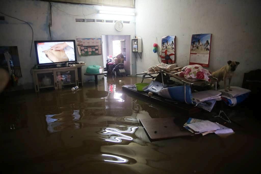 """20 giờ sau trận mưa lịch sử, người SG vẫn """"bơi"""" trong nước - 11"""