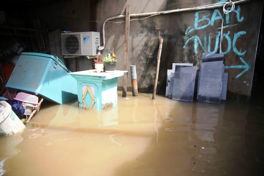 """20 giờ sau trận mưa lịch sử, người SG vẫn """"bơi"""" trong nước - 9"""
