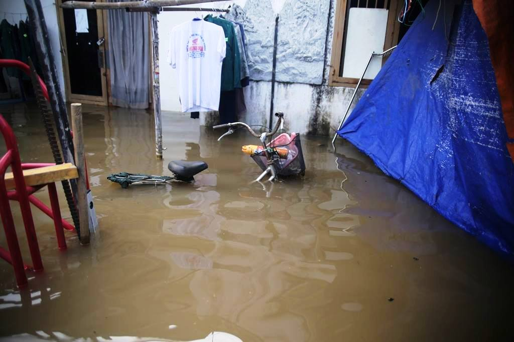 """20 giờ sau trận mưa lịch sử, người SG vẫn """"bơi"""" trong nước - 12"""