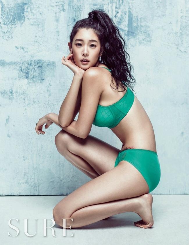 1. Clara Lee: là một người mẫu, ca sĩ kiêm diễn viên nổi tiếng ở Hàn Quốc. Cô mang dòng máu lai giữa Thụy Sỹ và Hàn Quốc.