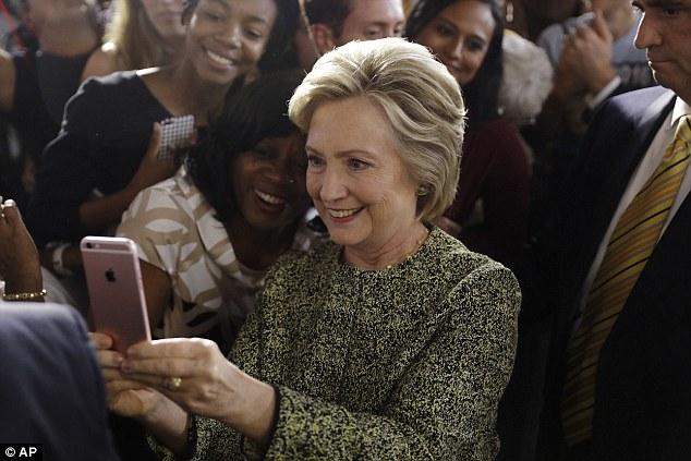 """Sự thật bức ảnh """"cả thế giới quay lưng"""" với bà Clinton - 3"""