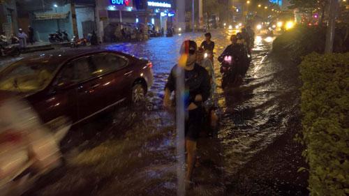 TP.HCM lại mưa mù trời: Ngập nước, giao thông tê liệt - 5