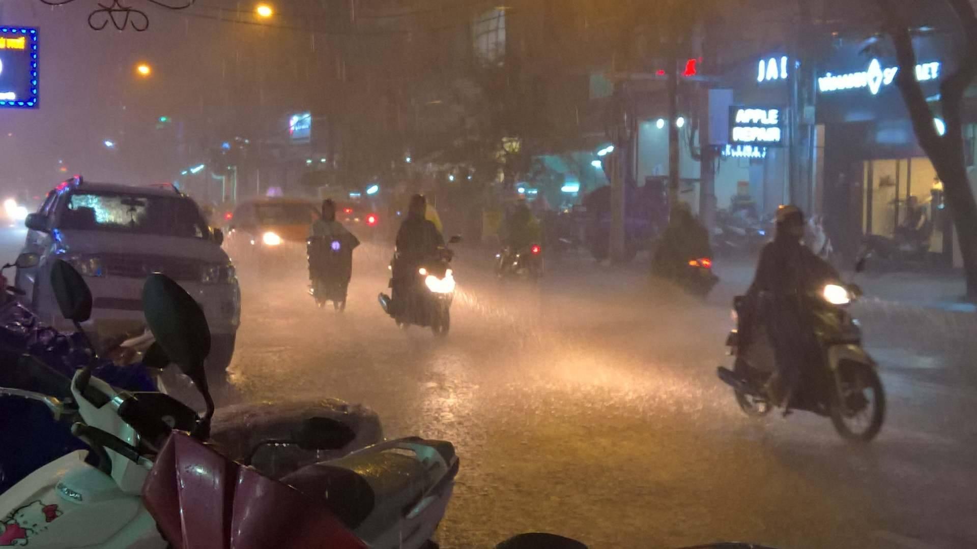 TP.HCM lại mưa mù trời: Ngập nước, giao thông tê liệt - 1