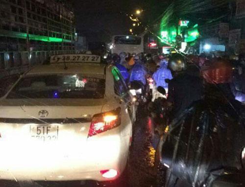 TP.HCM lại mưa mù trời: Ngập nước, giao thông tê liệt - 6