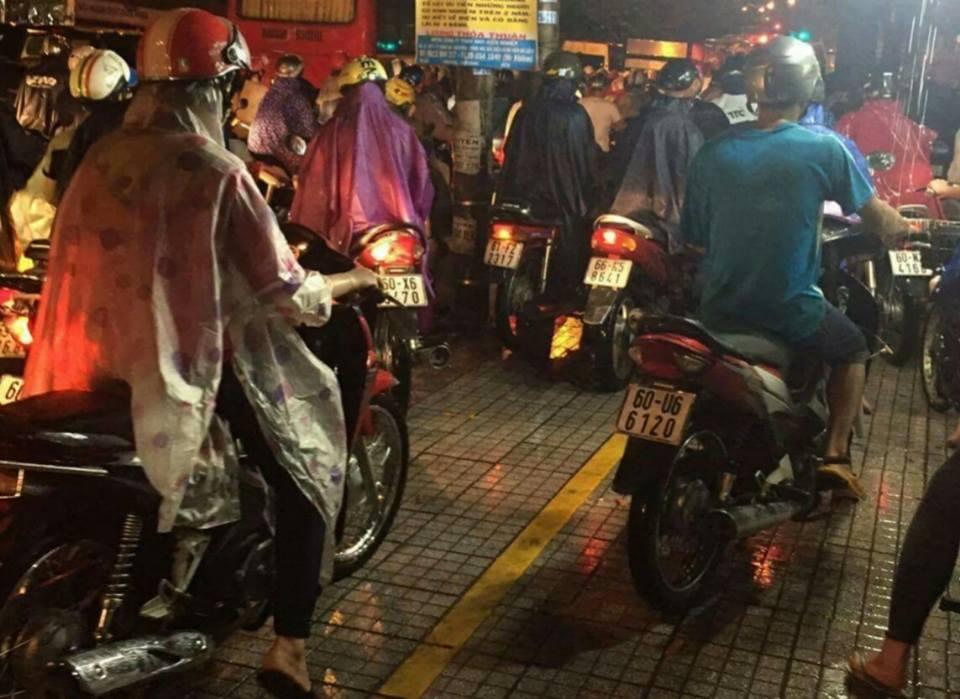 TP.HCM lại mưa mù trời: Ngập nước, giao thông tê liệt - 7