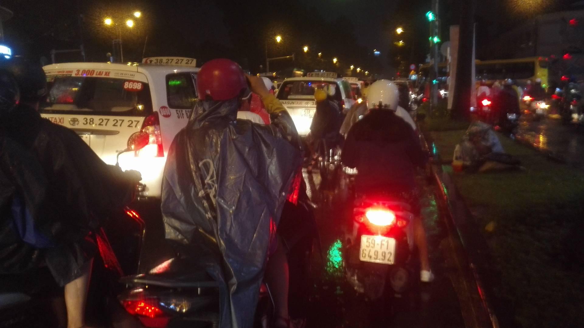 TP.HCM lại mưa mù trời: Ngập nước, giao thông tê liệt - 8