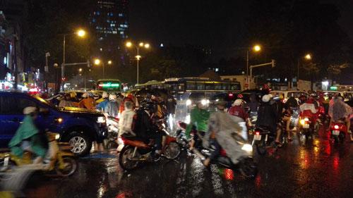 TP.HCM lại mưa mù trời: Ngập nước, giao thông tê liệt - 9
