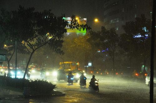 TP.HCM lại mưa mù trời: Ngập nước, giao thông tê liệt - 3